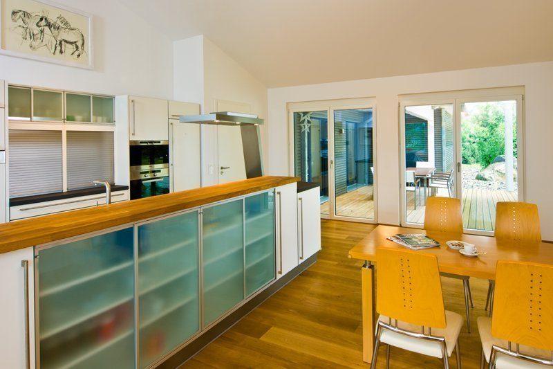 Klassischer Bungalow - Eine Küche mit einem großen Fenster - Interior Design Services