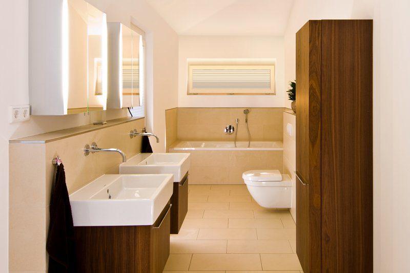 Klassischer Bungalow - Ein weißes Waschbecken sitzt unter einem Fenster - Bungalow