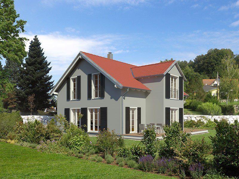 Raumwunder - Ein Haus mit Bäumen im Hintergrund - Holzhaus