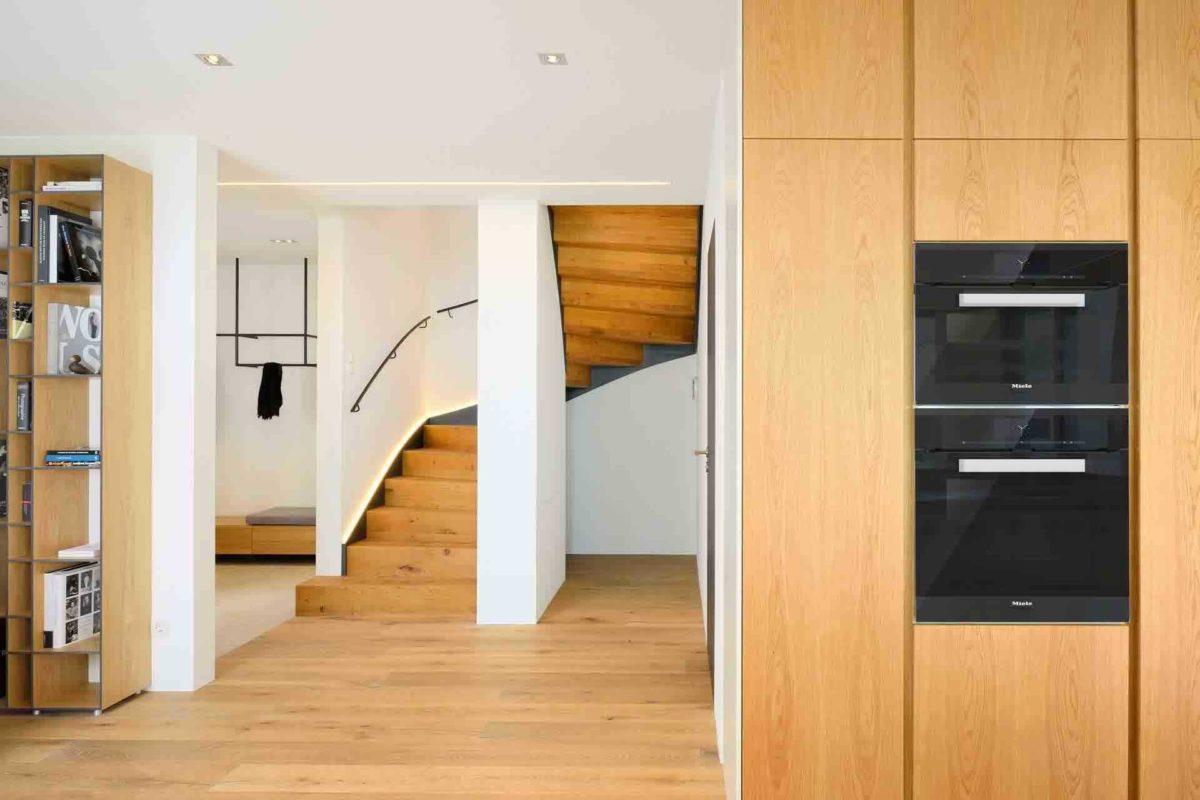 Haus am See - Eine Küche mit Holzboden - Fußboden