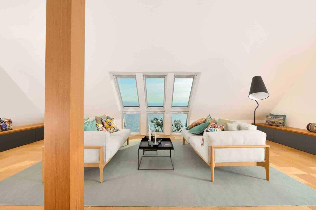 Haus am See - Ein Raum voller Möbel und ein großes Fenster - Haus