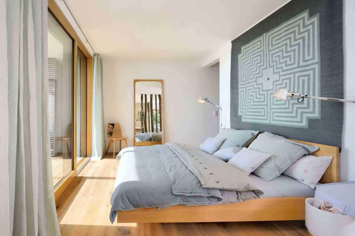 Haus am See - Ein großes weißes Bett in einem Raum sitzen - Bau-Fritz GmbH & Co. KG, seit 1896