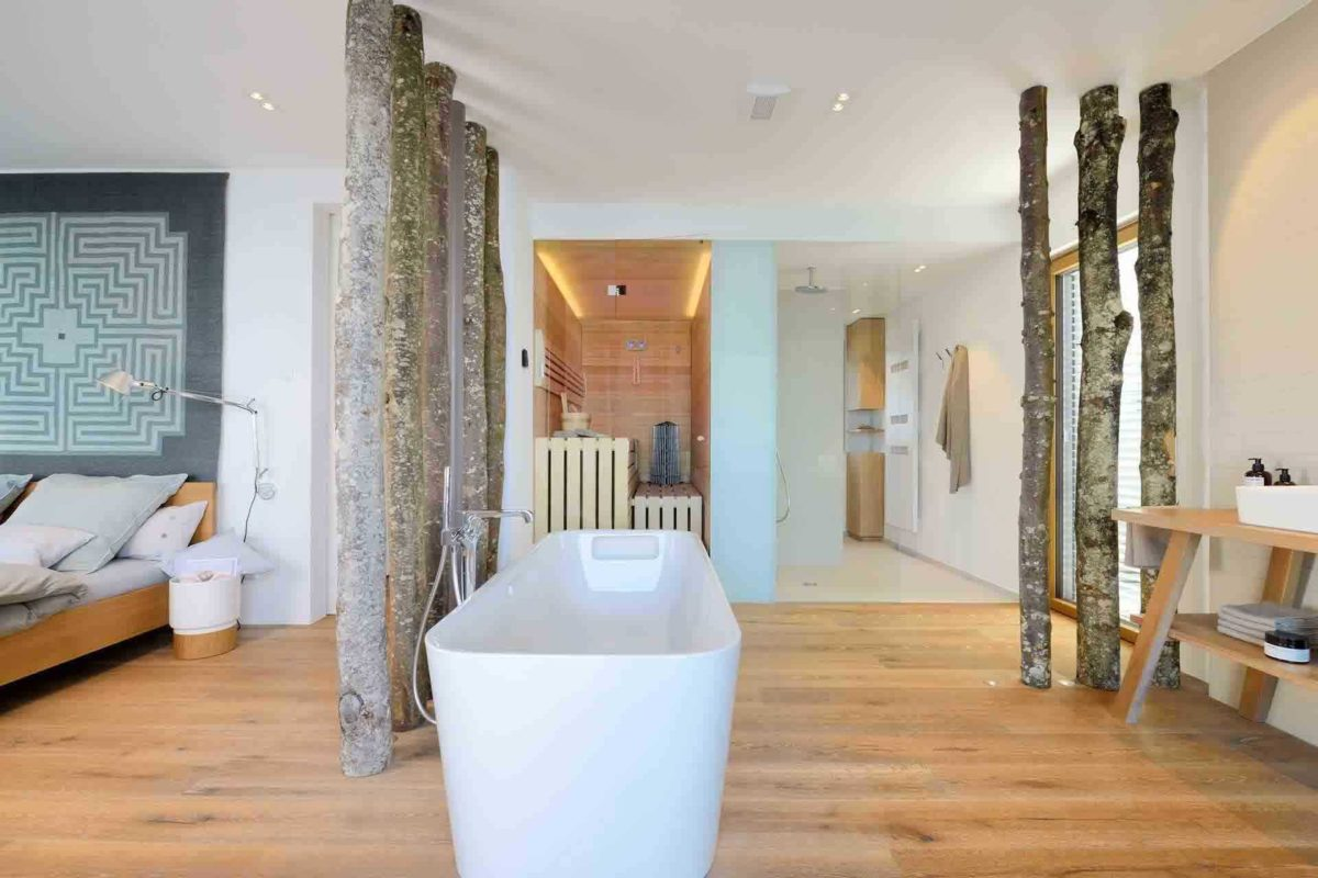 Haus am See - Ein Wohnzimmer mit Möbeln und einem Kamin - Interior Design Services