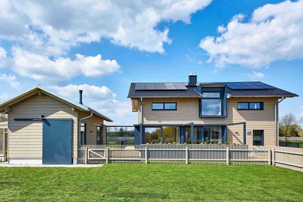 Musterhaus Heimat 4.0 - Eine große Wiese vor einem Haus - Haus