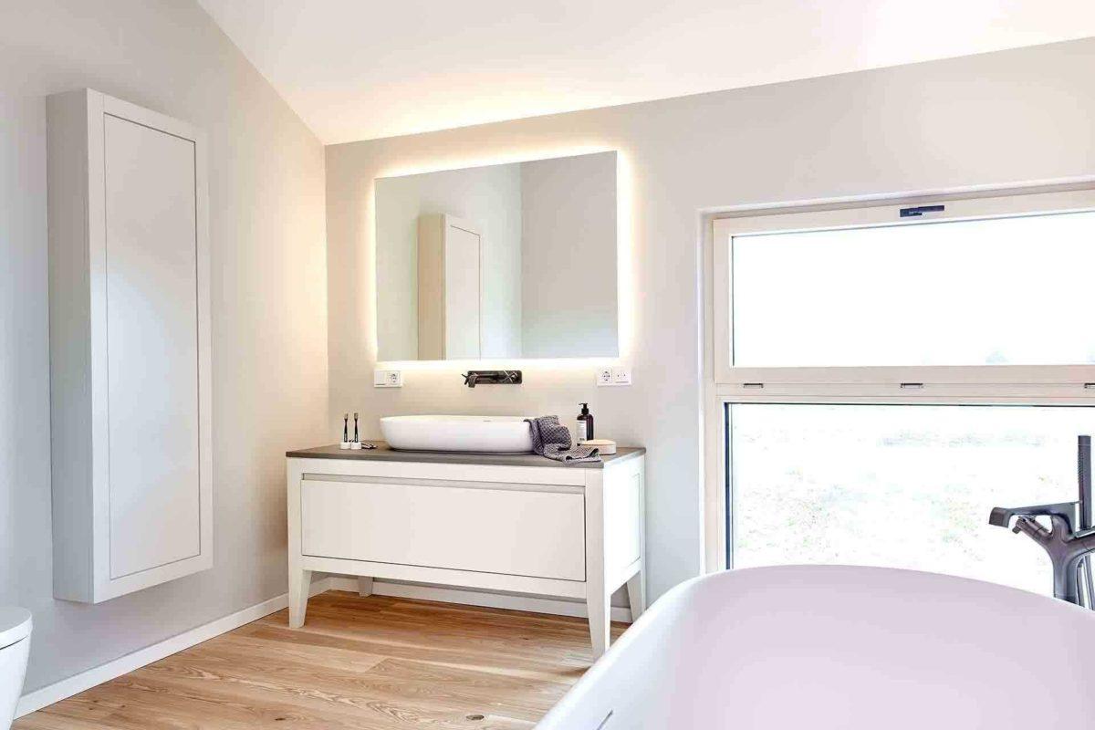 Musterhaus Heimat 4.0 - Ein Schlafzimmer mit einem Bett und einem Spiegel - Interior Design Services