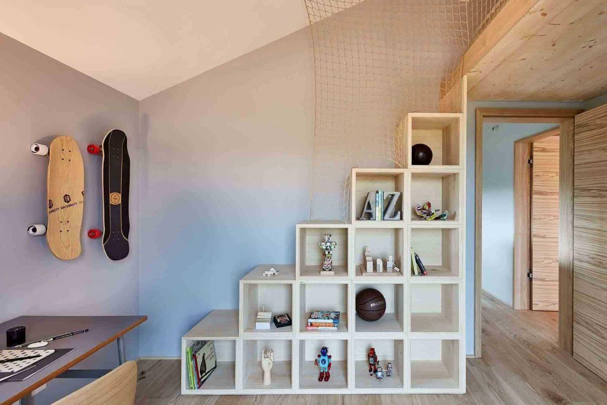 Musterhaus Heimat 4.0 - Ein Raum mit Möbeln und einem Kühlschrank - Regal
