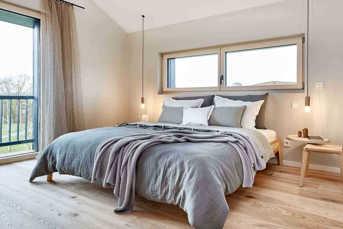 Musterhaus Heimat 4.0 - Ein Schlafzimmer mit einem Bett und einem Fenster - Bau-Fritz GmbH & Co. KG, seit 1896