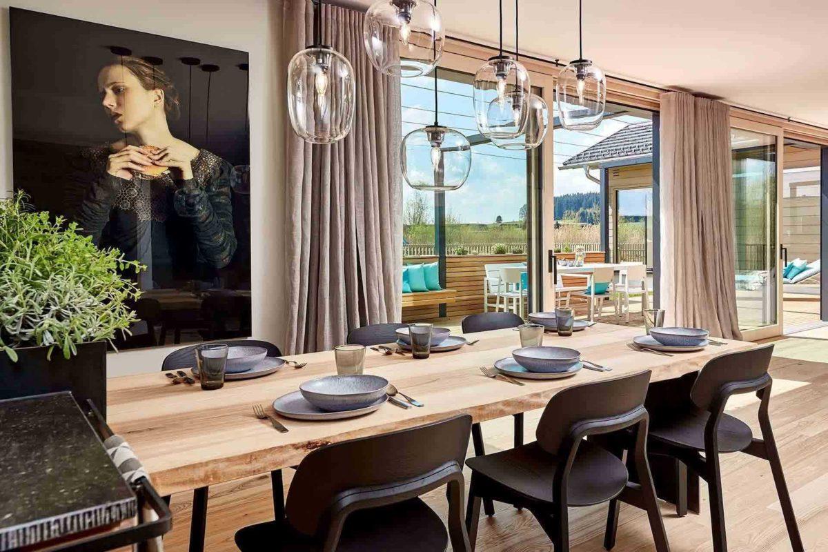 Musterhaus Heimat 4.0 - Eine Insel in der Mitte eines Tisches neben einem Fenster - Esszimmer