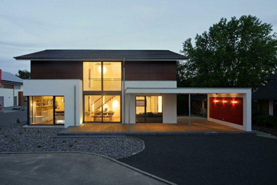 Musterhaus Mannheim - Eine leere Straße vor einem Haus - Satteldach