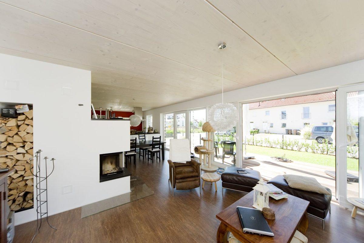 Haus Haug - Ein Wohnzimmer mit Möbeln und einem großen Fenster - Interior Design Services