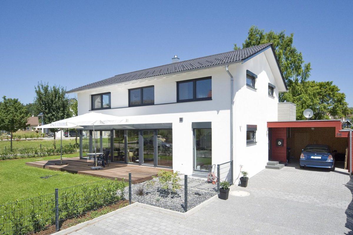 Haus Haug - Ein kleines haus auf einem parkplatz - Haus