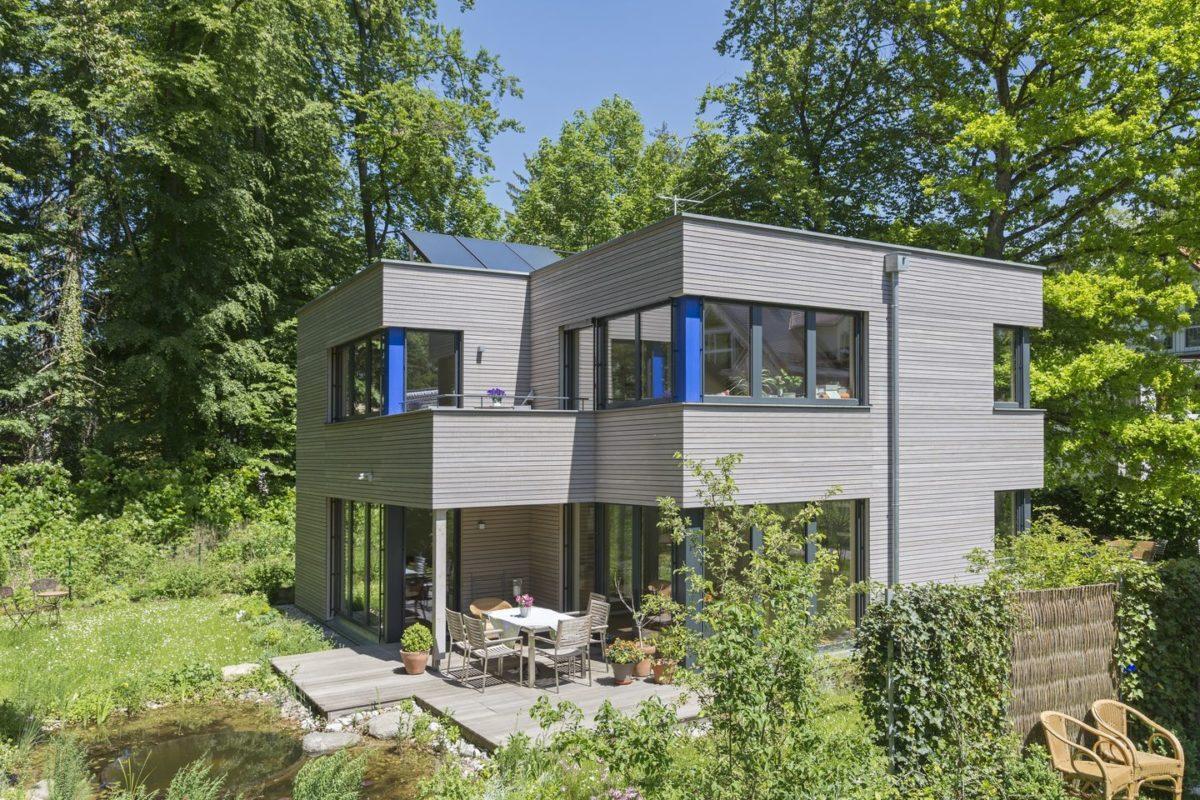 Haus Radtke/Groß - Ein haus mit büschen vor einem gebäude - Haus