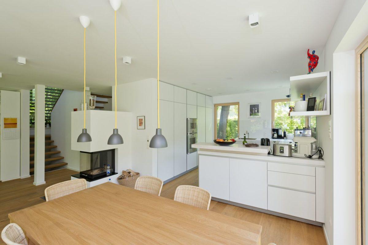 Haus Radtke/Groß - Ein Küchenbereich mit Holzrädern in einem Raum - Interior Design Services