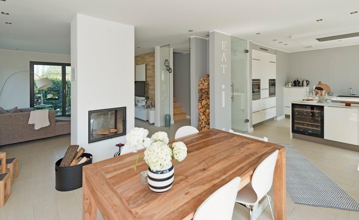 Haus Charkowski - Ein Wohnzimmer mit Möbeln und einem Kamin - Haus