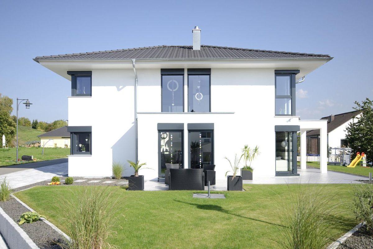 Stadtvilla Mehnert - Eine große Wiese vor einem Haus - Hüftdach