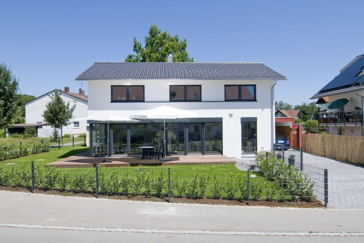 Haus Haug - Eine Nahaufnahme einer Straße vor einem Haus - Satteldach