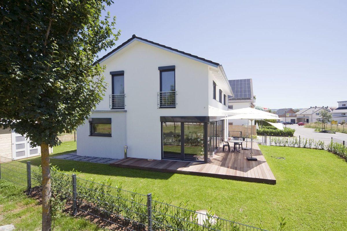 Haus Haug - Ein Haus mit Bäumen im Hintergrund - Haus
