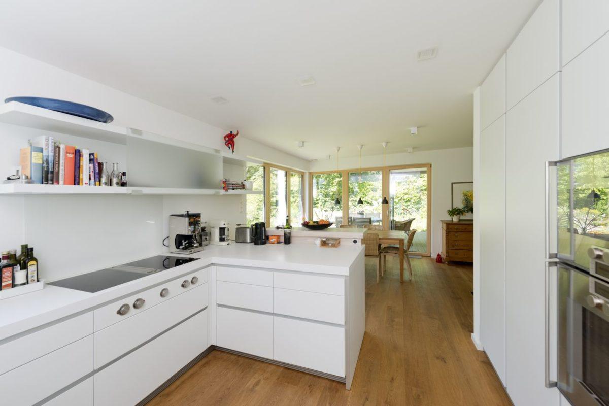 Haus Radtke/Groß - Eine Küche mit weißen Schränken - Holzhaus