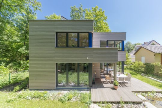 Haus Radtke/Groß - Eine Bank vor einem Haus - Die Architektur