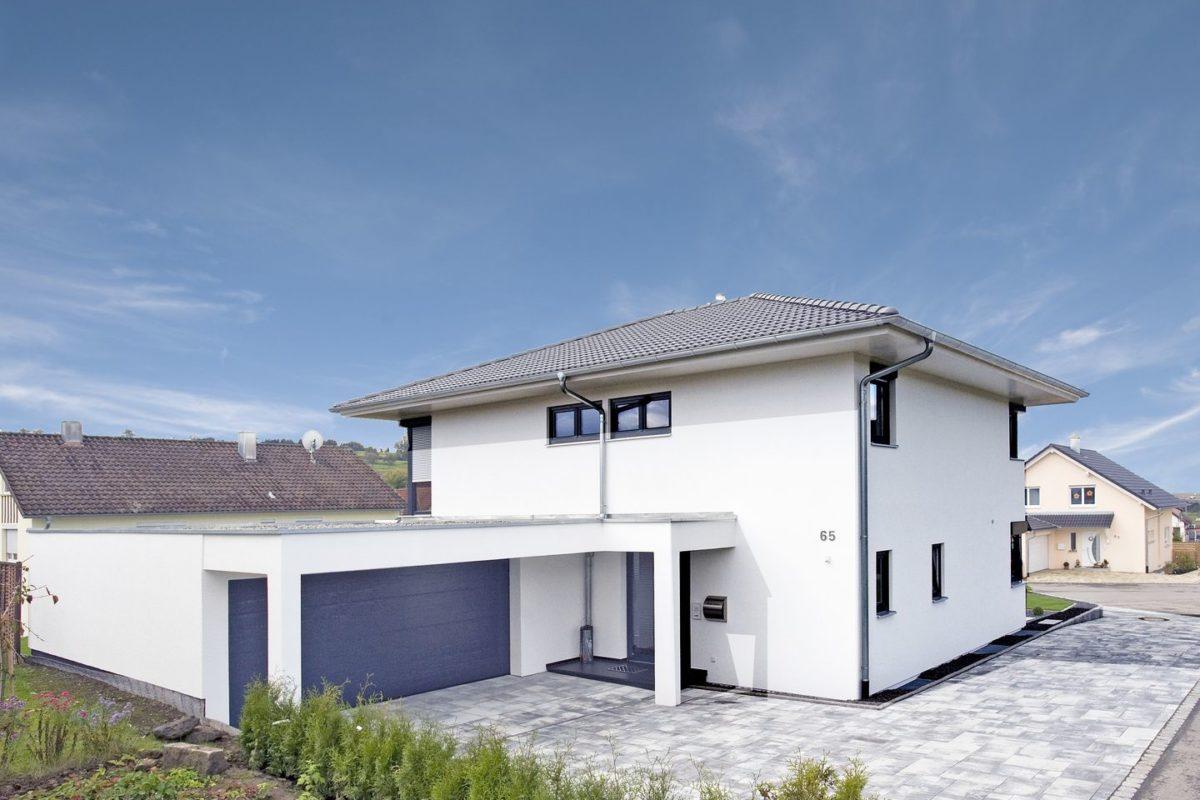 Stadtvilla Mehnert - Ein Haus, das an der Seite eines Gebäudes geparkt ist - Haus