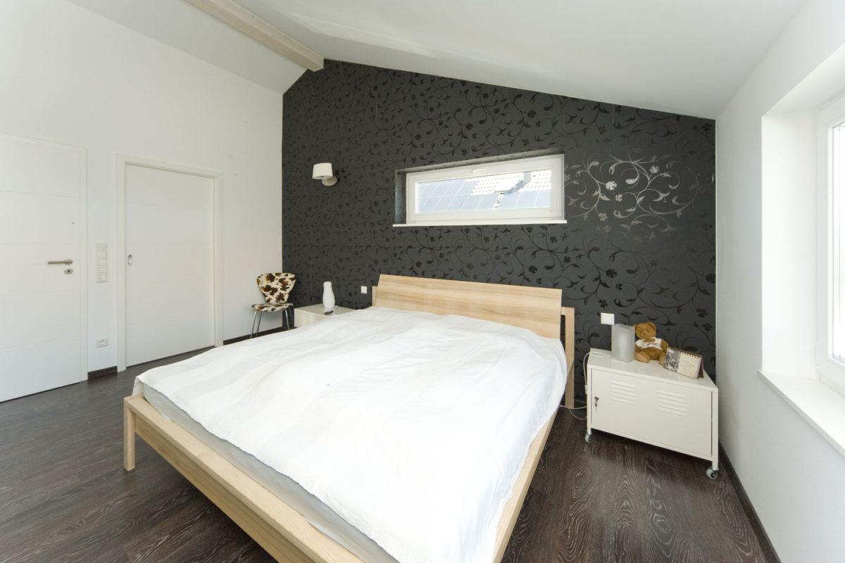 Haus Haug - Ein Schlafzimmer mit einem Bett in einem Raum - Schlafzimmer