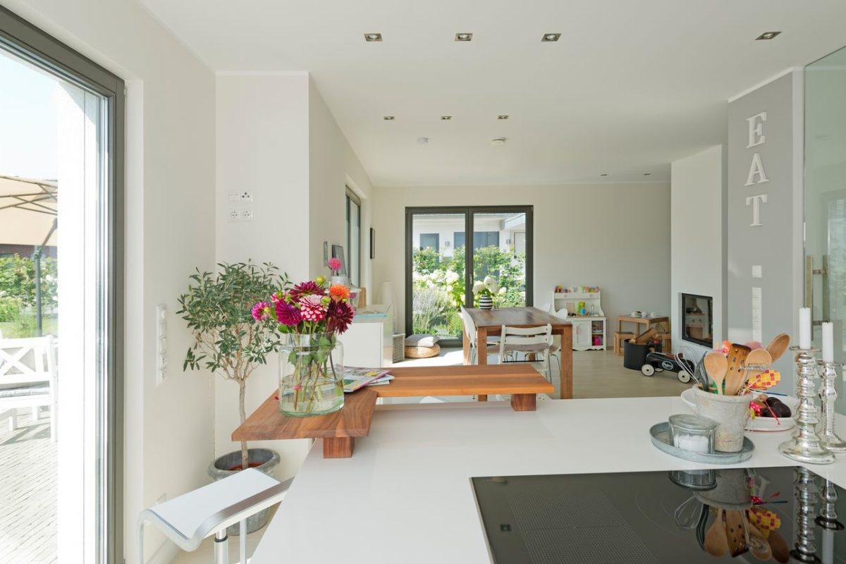 Haus Charkowski - Ein Wohnzimmer mit Möbeln und einem großen Fenster - Interior Design Services