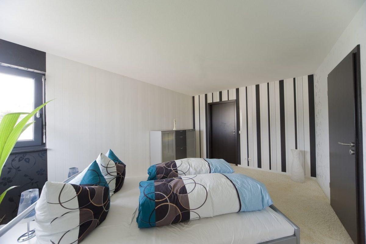 Stadtvilla Mehnert - Ein Wohnzimmer mit Möbeln und einem Bett - Haus