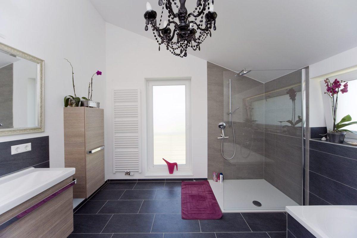 Haus Haug - Ein Raum voller Möbel und ein großes Fenster - Interior Design Services