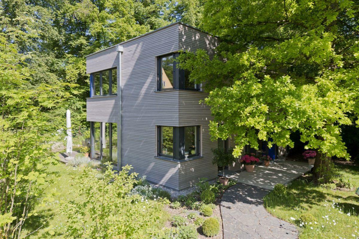 Haus Radtke/Groß - Ein Haus mit Bäumen im Hintergrund - Es