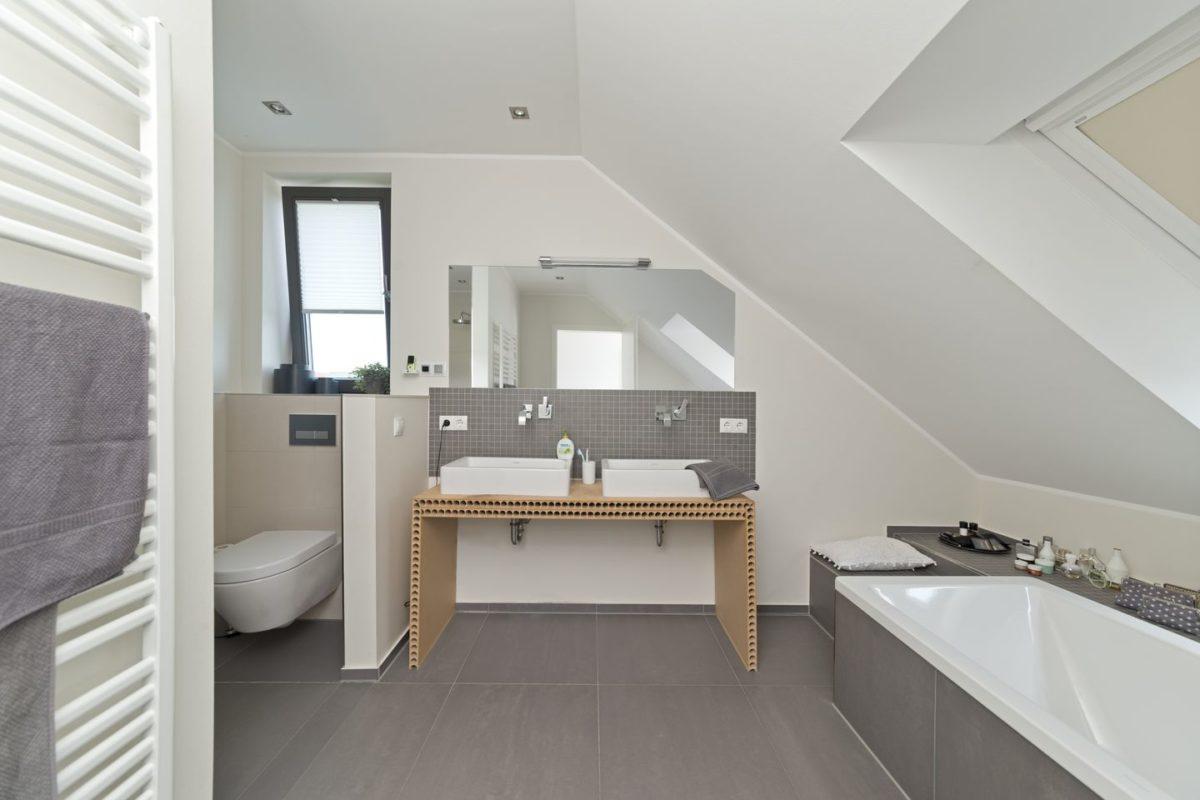 Haus Charkowski - Eine küche mit waschbecken und fenster - Interior Design Services