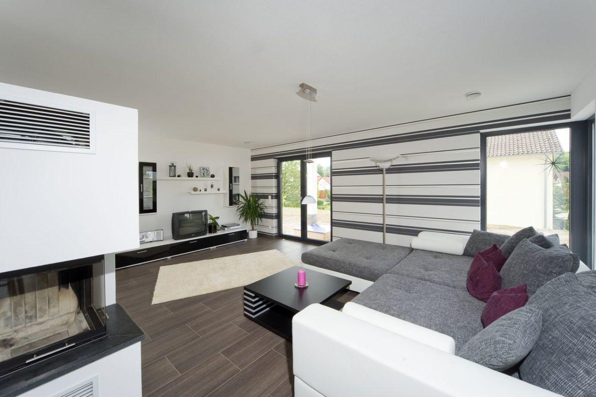 Stadtvilla Mehnert - Ein Wohnzimmer mit einem großen Fenster - Interior Design Services