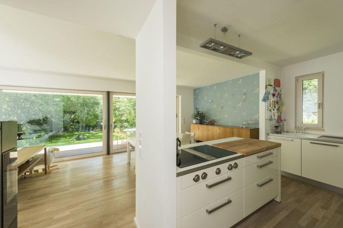 Haus Herold - Eine küche mit waschbecken und fenster - Interior Design Services
