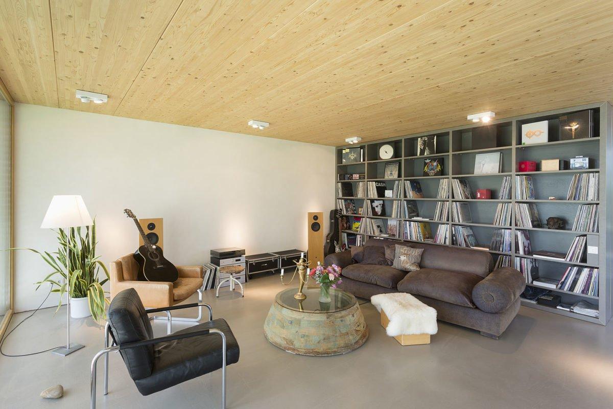 Haus Peters - Ein Wohnzimmer mit Möbeln und Vase auf einem Tisch - Haus
