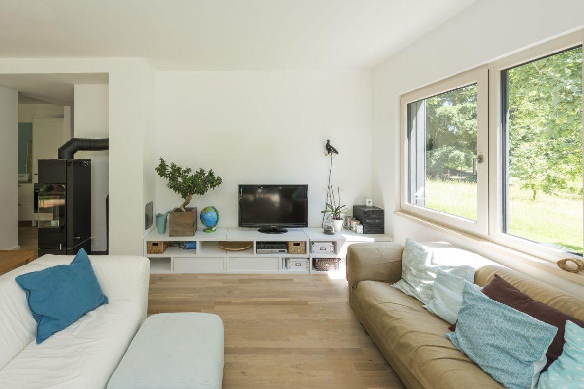 Haus Herold - Ein Wohnzimmer mit einem Bett und einem Fenster - Haus