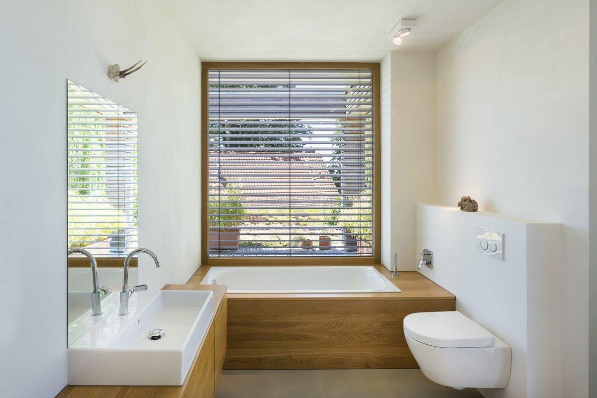 Haus Peters - Eine große weiße Wanne neben einem Fenster - Bad