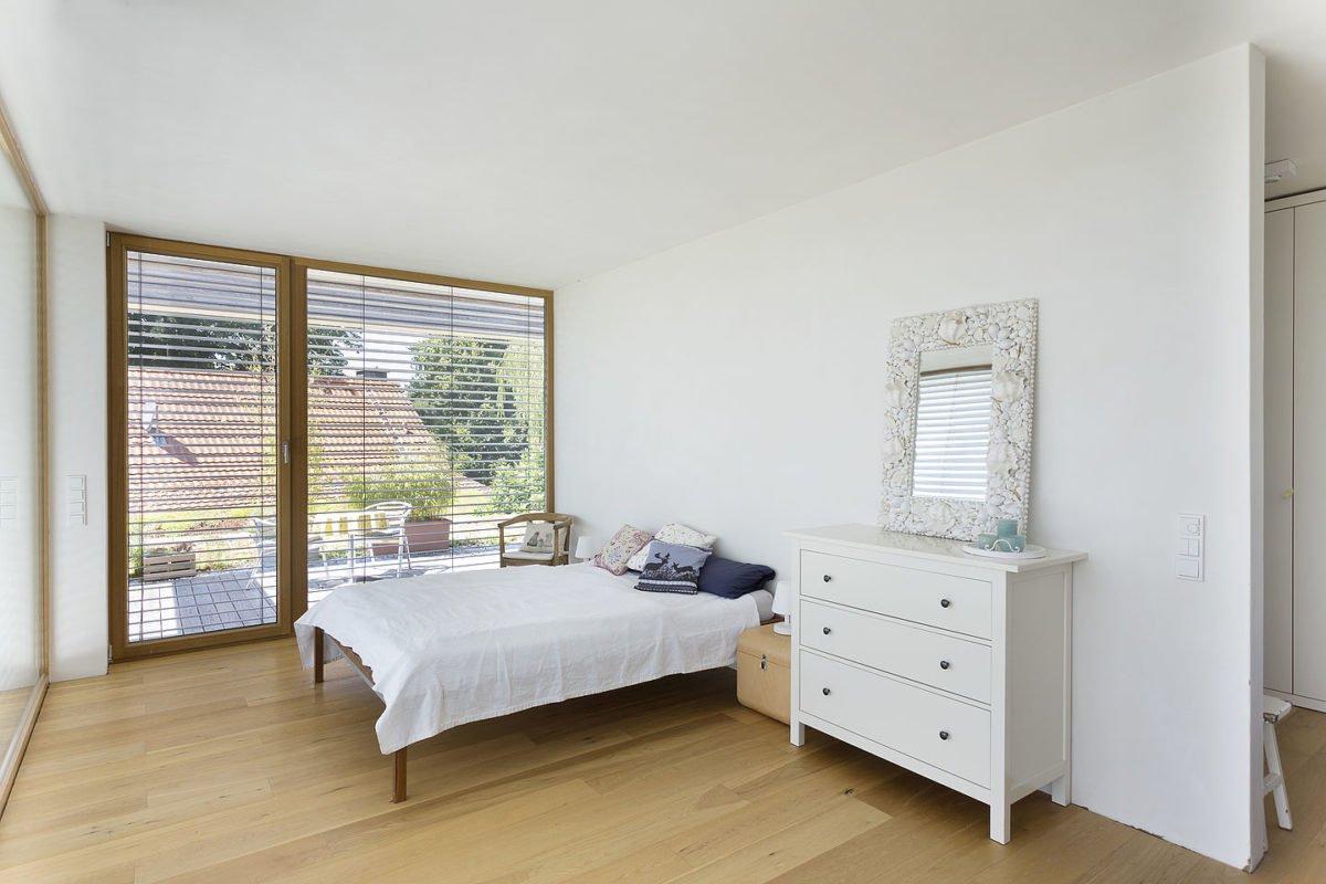 Haus Peters - Ein Schlafzimmer mit einem Bett und einem Schreibtisch in einem Raum - Schlafzimmer