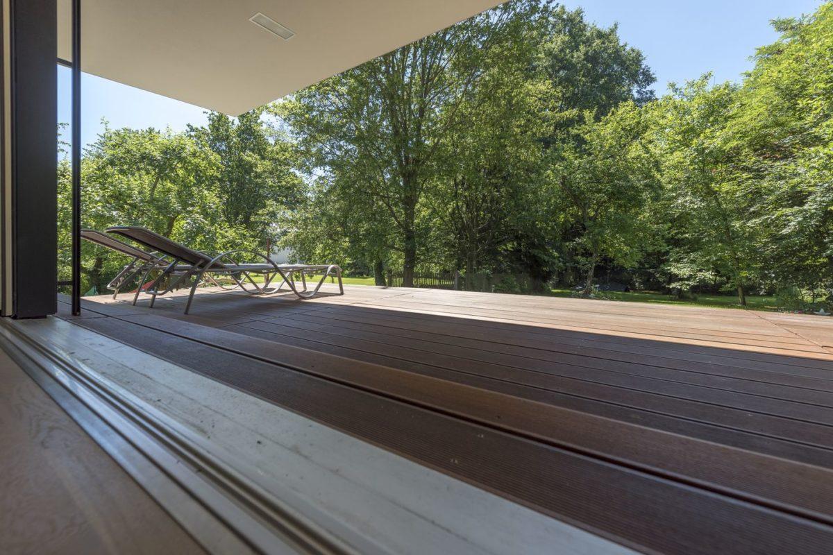 Haus Herold - Ein zug auf einer bahnstrecke mit bäumen im hintergrund - Haus