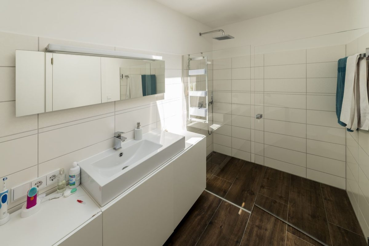 Haus Herold - Eine große weiße Wanne neben einem Waschbecken - Bad