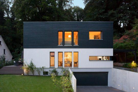 Schöner Wohnen Haus - Eine Bank vor einem Haus - Haus