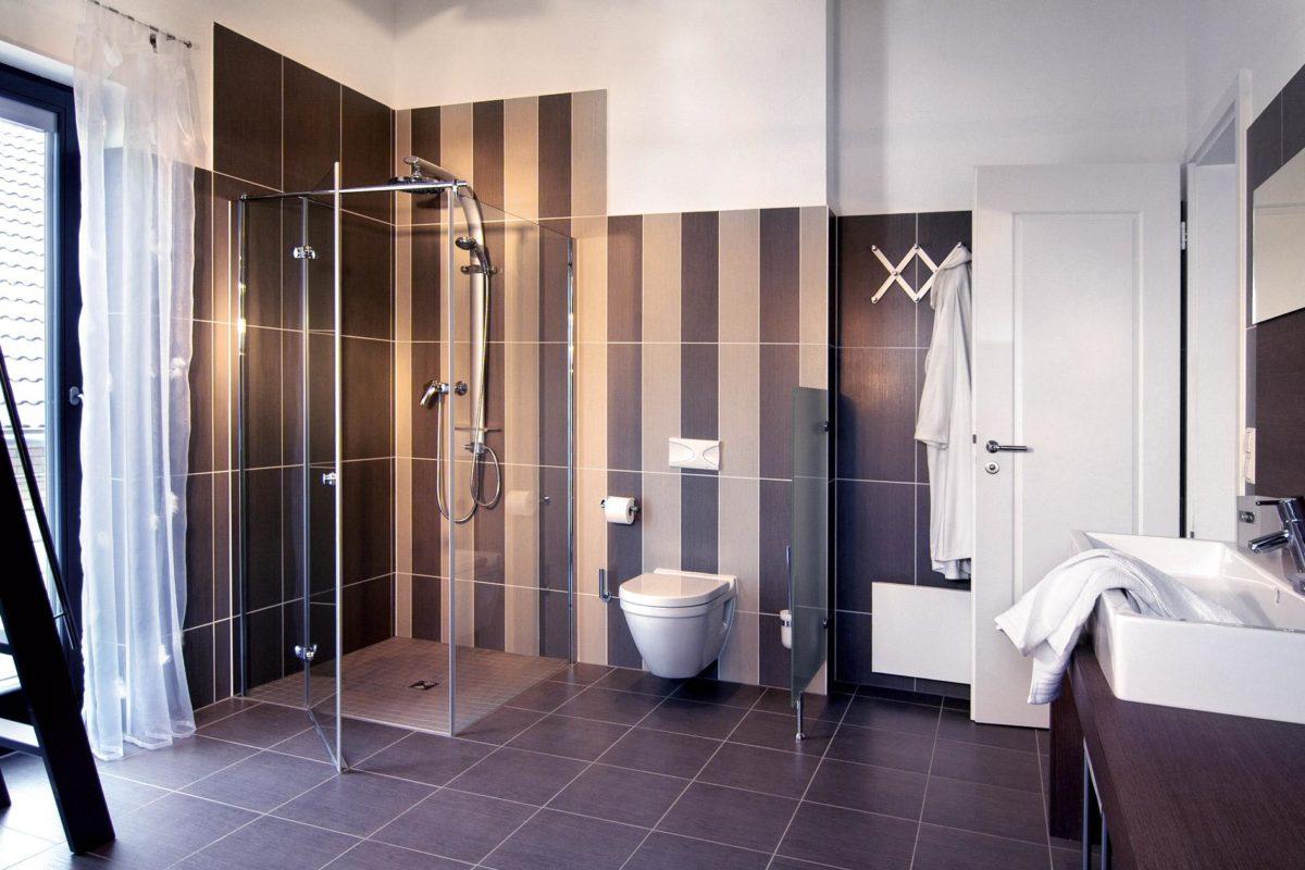 Plan E 15-156.1 - Ein Schlafzimmer mit einem großen Spiegel - Bad