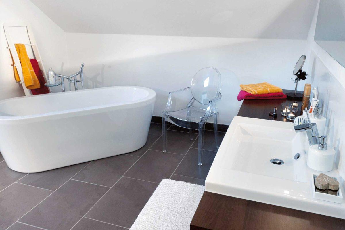 Plan E 15-146.1 - Eine weiße Wanne neben einem Waschbecken - Badewanne