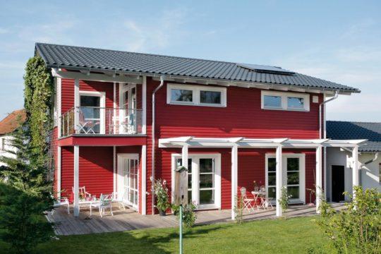 Plan E 15-143.1 - Ein großes rotes Backsteingebäude mit Gras vor einem Haus - Fassade