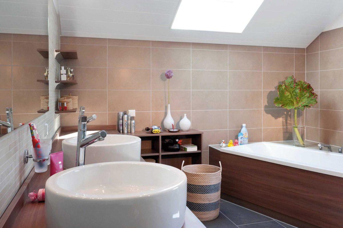 Plan E 15-145.1 - Eine große weiße Wanne neben einem Waschbecken - Fertighaus