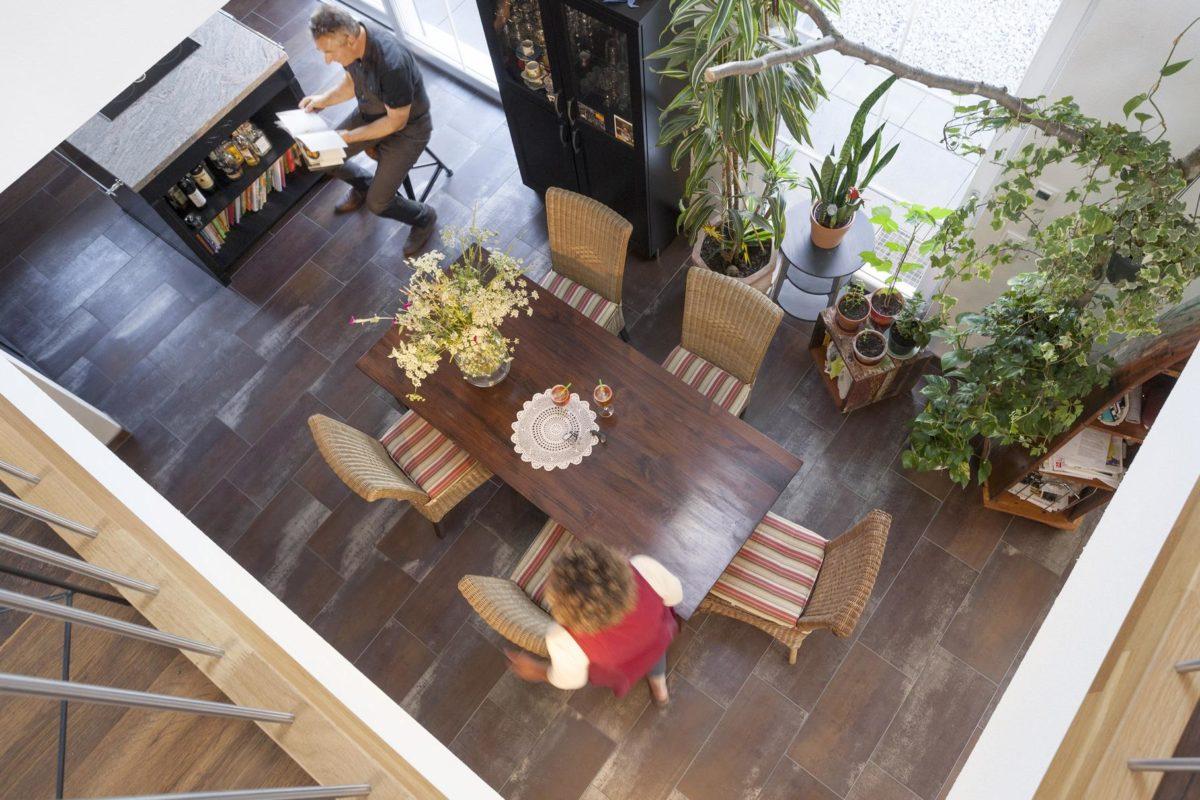 Haus Hälker - Eine Blumenvase sitzt auf einem Holztisch - Fertighaus