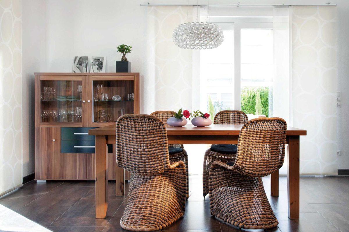Plan E 15-145.1 - Ein Raum voller Möbel und Vasen auf einem Tisch - Esszimmer