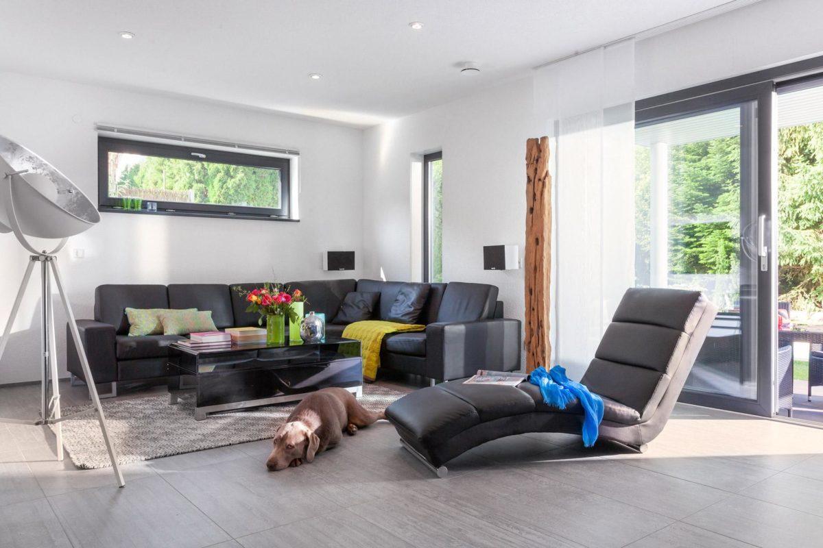 Haus Buser - Ein Wohnzimmer mit Möbeln und einem großen Fenster - Villa