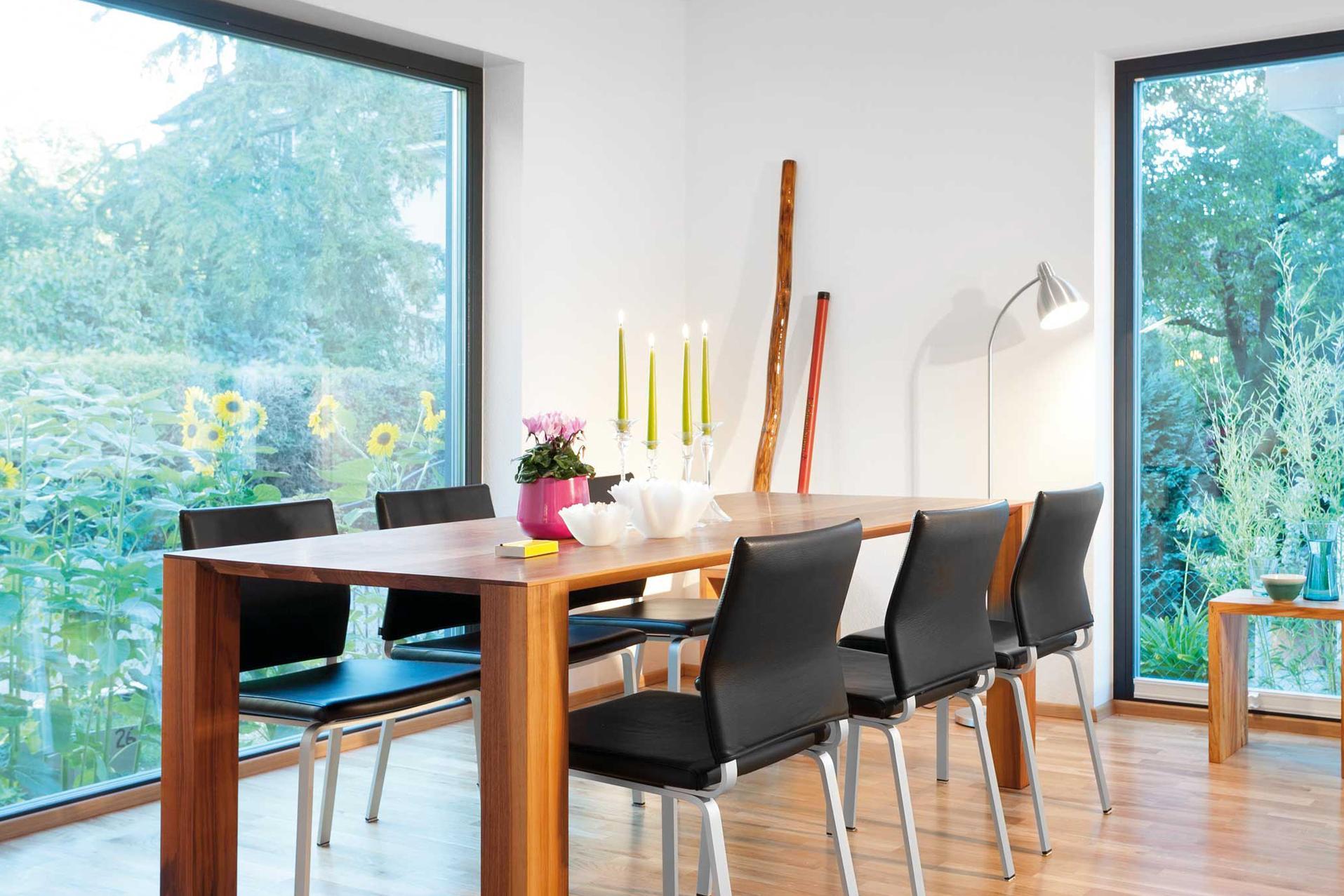 Plan F 10-042.3 - Ein Esstisch vor einem Fenster - Esszimmer