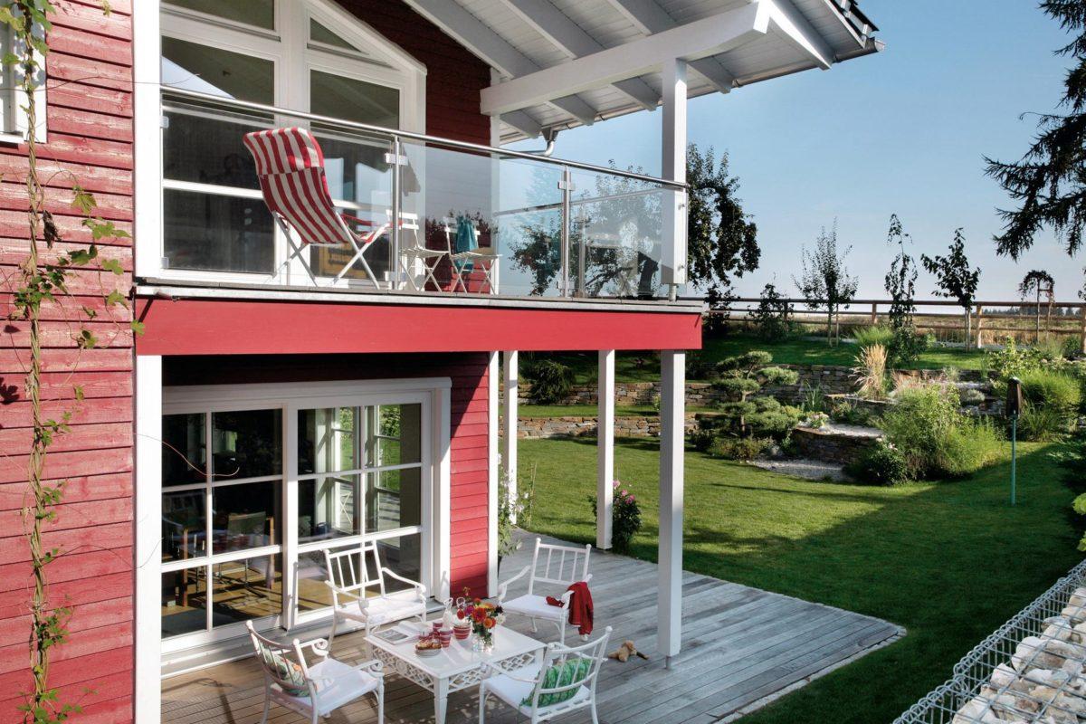 Plan E 15-143.1 - Ein großer roter Stuhl vor einem Backsteingebäude - Balkon