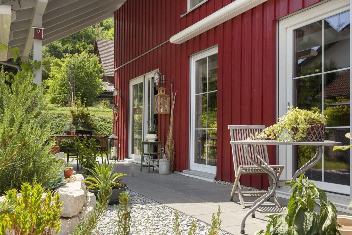 Haus Hälker - Eine Nahaufnahme von einem Blumengarten vor einem Haus - Fertighaus