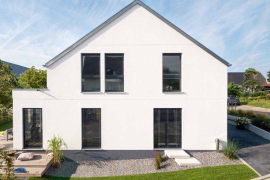 Kundenhaus Rimsa/Heck - Ein großes Backsteingebäude mit Gras vor einem Haus - Haus